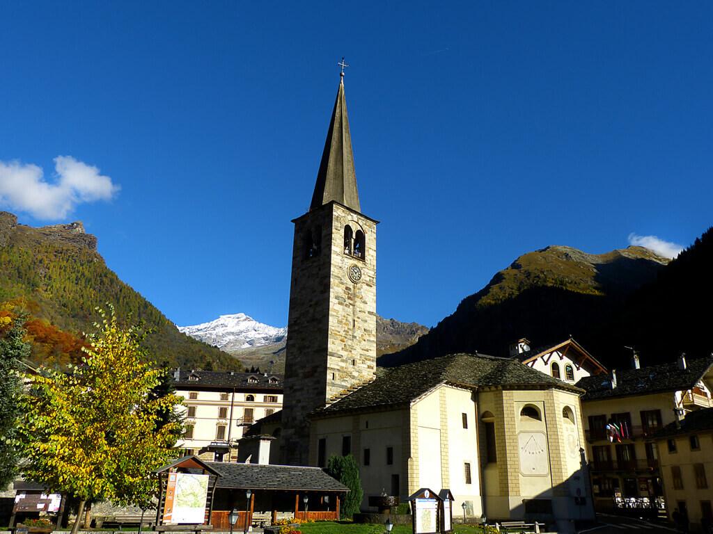 Chiesa di Alagna con il Monte Rosa sullo sfondo